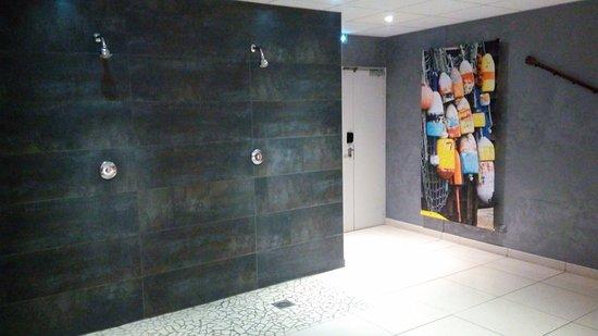 Vierzon, France: Pool Showers