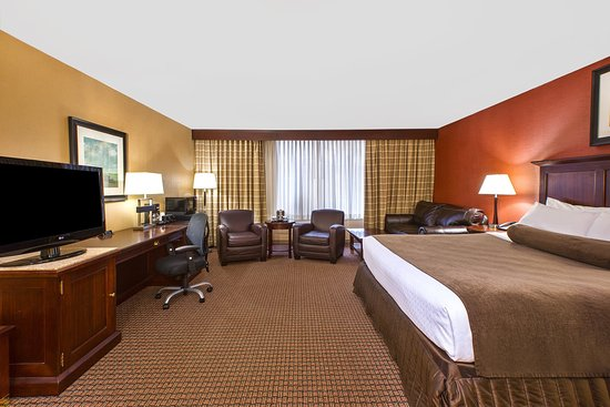Independence, OH : King Bed Guest Room