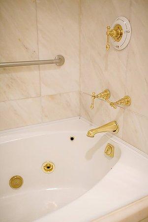 Bedford, NH: Whirlpool tub at the Inn
