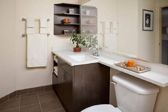 Schiller Park, IL: Spacious Guest Bathroom with ample counter space
