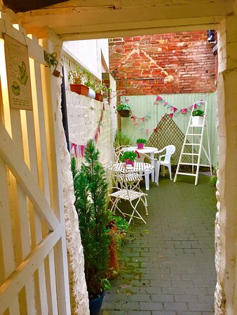 Ashby de la Zouch, UK: Lizzie's courtyard still looks so inviting, even in the rain!