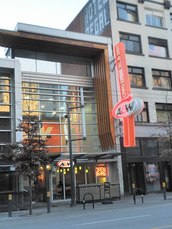 Hostelling International Vancouver Central: HI前のA&W