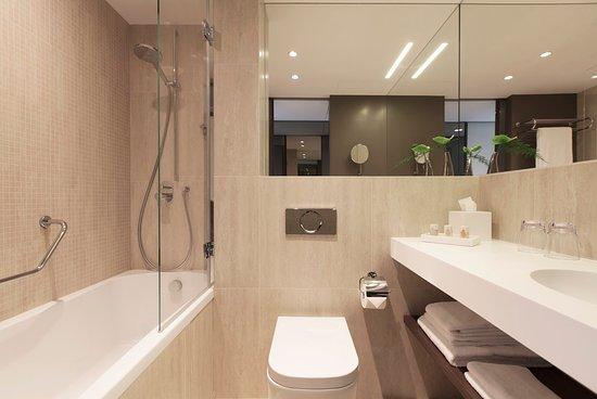 Cointrin, Suisse : Business Suite Bathroom