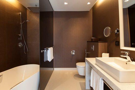 Cointrin, Suisse : King Club Suite Bathroom
