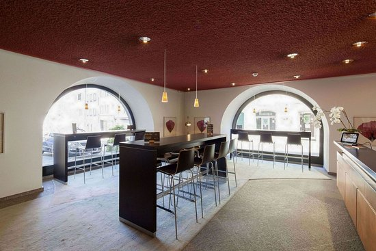 City-Hotel Ochsen Zug: Winebar Weinkehr in the hotel lobby