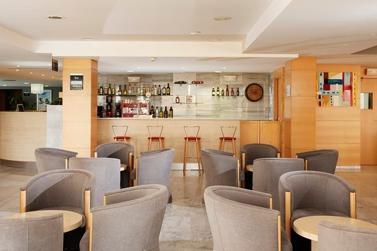 Express by Holiday Inn Montmelo : Enjoy a drink after a hard day of work