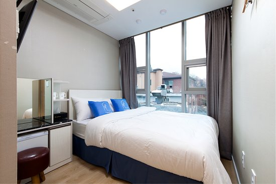 Stay 7- Myeongdong: Standard Double Room with big window