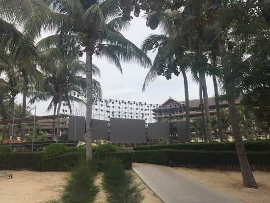 The Ritz-Carlton Sanya, Yalong Bay: Scaffolding within the main hotel grounds for an event - loud and noisy