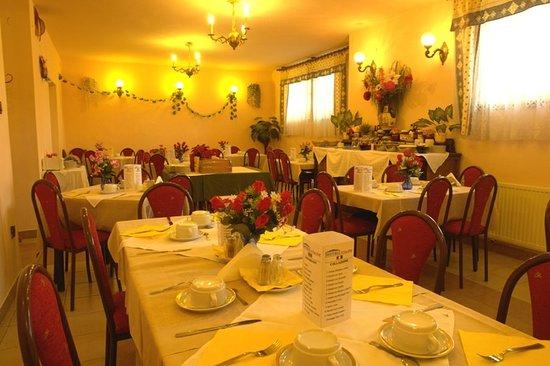 Attila Hotel & Pension: Restaurant Breakfast