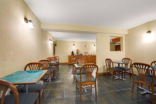 Super 8 by Wyndham Wichita East: Breakfast Seating
