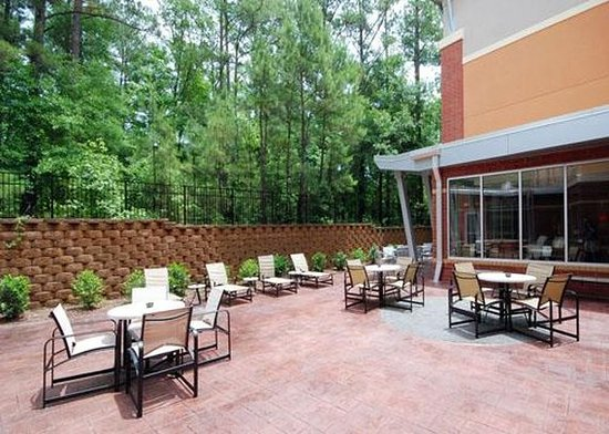 Cambria hotel & suites Raleigh-Durham Airport: Enjoy the hotel patio