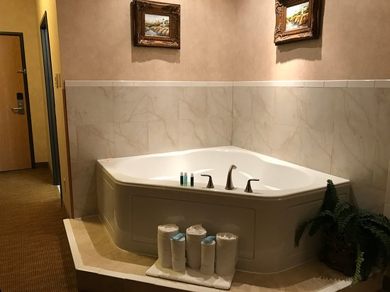 Holiday Inn Express Branford/New Haven: King Suite Jetted Tub