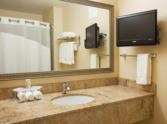 Holiday Inn Express Hotel & Suites Winona: Guest Bathroom