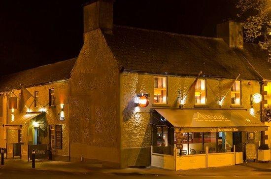 Maynooth, Irlandia: Avenue side Bar & Main Enterance to Restaurant