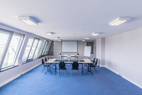 Prior Velho, Portugal: Our top floor meeting room reflects Lisbon's sunlight