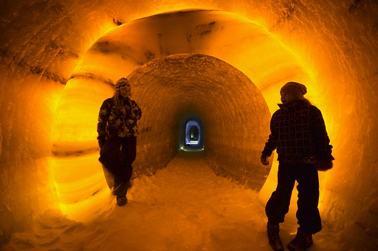 Lom, Noruega: At the end of the guided tour you end up in the ice tunnel, 60 meters into the ice.