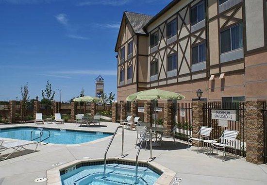 Kingsburg, Kaliforniya: Outdoor Pool & Whirlpool