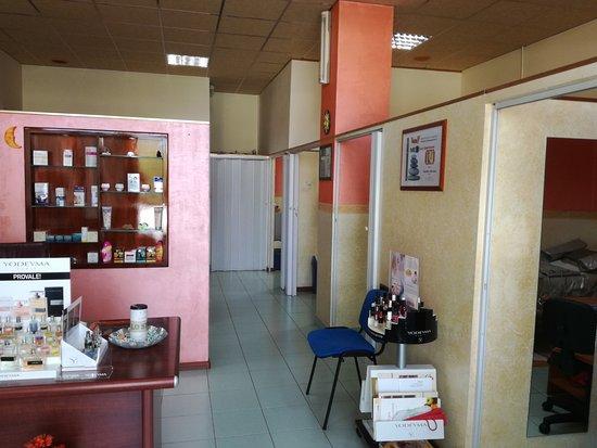 Viagrande, Italy: corridoio divisore del centro estetico e solarium .