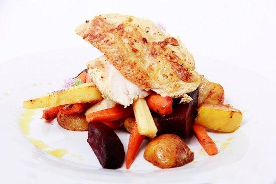 Kromeriz, Repubblica Ceca: Kuřecí prsa pečená na kůži, grilovaná zimní zelenina s bramborami - Chicken breast,grilled veget