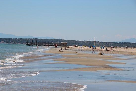La Palme, France: La plage nettoyée par les vagues de marin. CP G. ROMERO