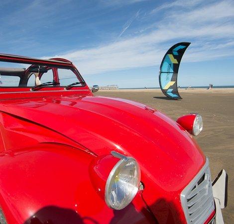 La Palme, France: Le KiteSurf et balades en 2CV sur la plage. CP Vin4hTour