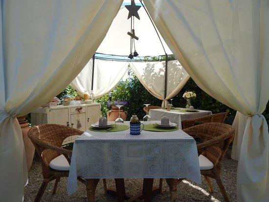 Terzo, Italia: colazione in giardino sotto il gazebo