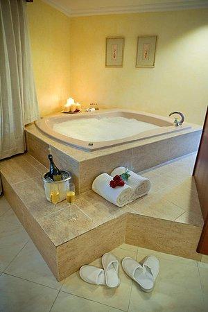 Hodelpa Gran Almirante Hotel & Casino: Jacuzzi  de una habitación  del hotel Hodelpa Gran Almirante, en Santiago, Republica Dominicana.