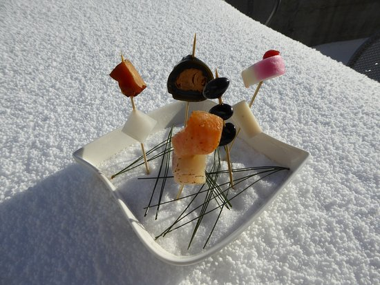 Widen, Schweiz: New Year Japanese amuse bouche on the snow (salt)