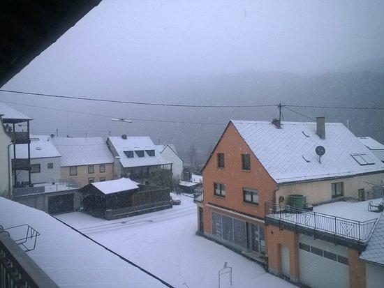 Minheim, Niemcy: Uitzicht van uit kamer 4, in de ochtend met sneeuw