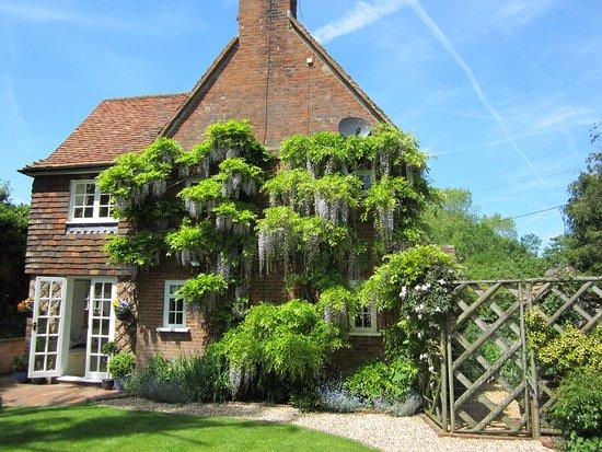 Farnham, UK: Side of cottage