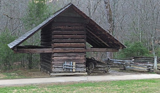 Cosby, TN: Corn crib at Cable Mill