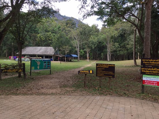 Umphang, Tailandia: Thi Lo Su - Eingang am Parkplatz unterhalb des Wasserfalls (2 km Fußweg)
