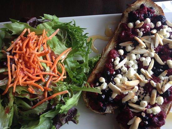 Cafe Boheme: plat agrémenté de bleuets