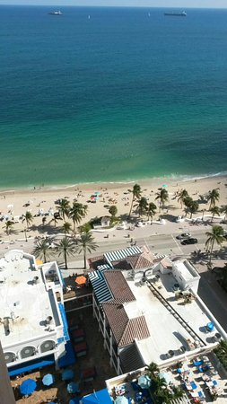 Marriott's BeachPlace Towers: Shops & Restaurants downstairs & beach across the street