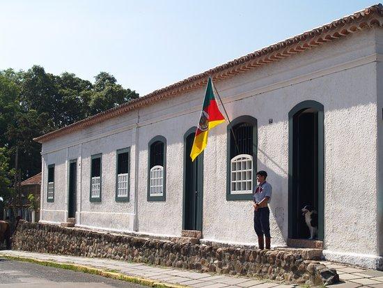 Guaiba, RS: Os guias em roupas tradicionais vão sempre esperar as visitas pré-agendadas (tel. (51) 3480-1159