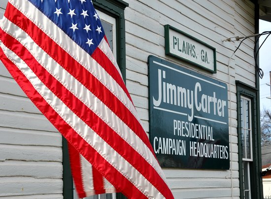 Plains, Georgien: Follow the American flag and Jimmy Carter's campaign sign right to the train depot.