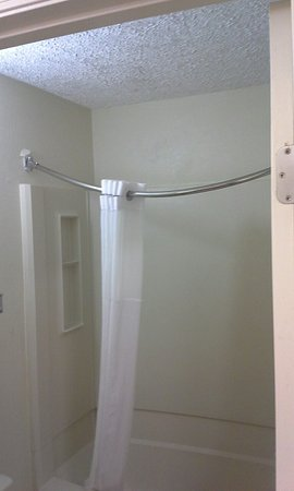Days Inn By Wyndham Middleburg Heights Shower Curtain Rod Doing The Sag