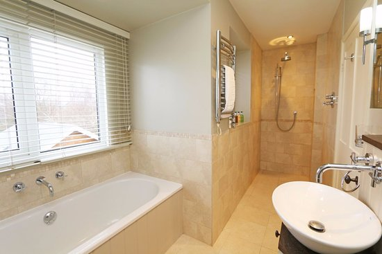 Box, UK: Bath and shower in this bathroom