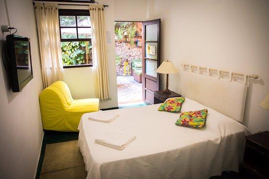 Alma de Santa Guest House: Quarto privativo com banheiro interno, TV e ventilador.