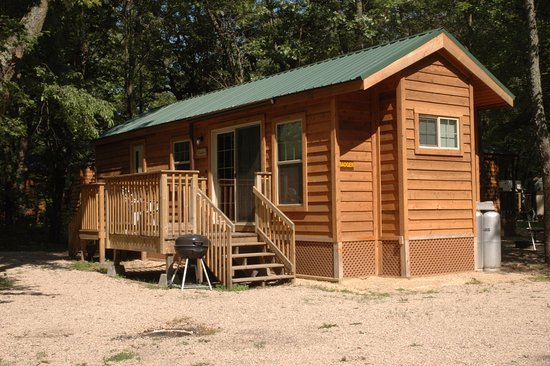 Montello, วิสคอนซิน: Our camping cabin rentals come equipped with a full bathroom and kitchen!
