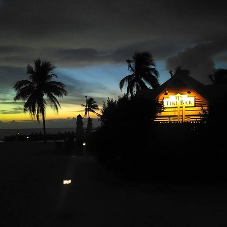 Tranquility Bay Beach House Resort: Post sunset looking at the tiki bar