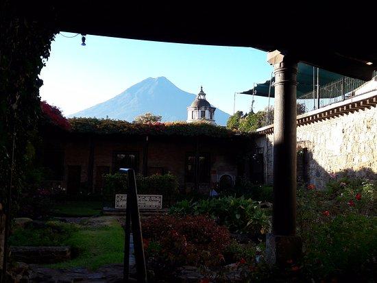 Hotel Posada de Don Rodrigo: Vista desde el comedor hacia el Volcán de Agua