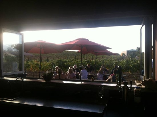 Paso Robles, CA: patio view through tasting room window