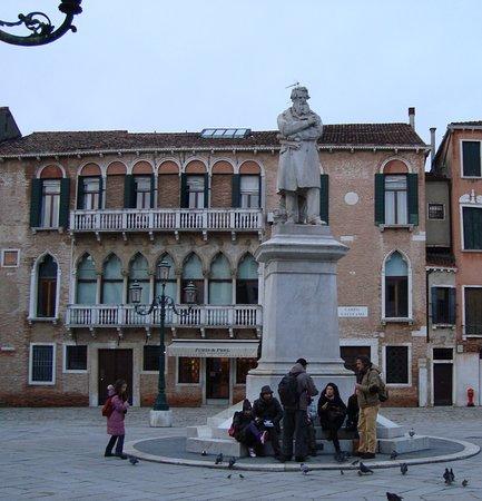 Statua di Niccolo Tommaseo