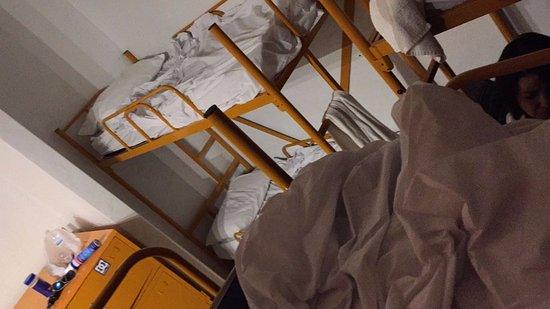 SoBe Hostel: te dan tu kit de toalla, sabanas y funda...y uno mismo hace la cama.