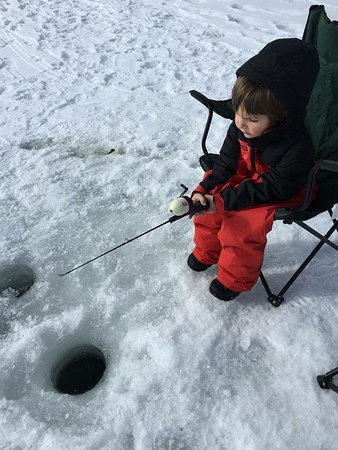 Pagosa Springs, CO: Even the littlest ice fishermen enjoy our Pagosa Lakes in the winter