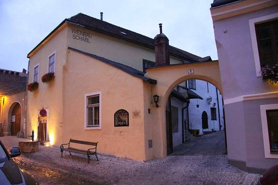 Gumpoldskirchen, Austria: The building dates back to the 15th century. One drinks in the heurigen room or in the garden.