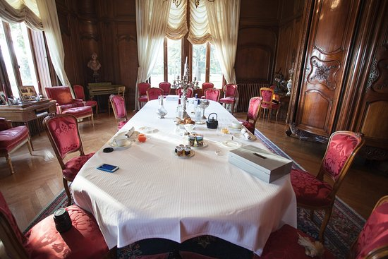 Pessac, Frankrijk: simple breakfast in a luxury room.....what you see is what we got in total...