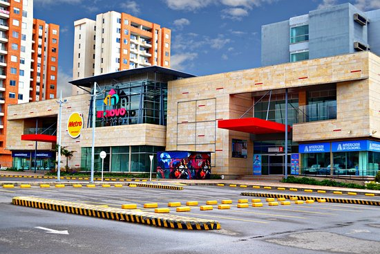 Centro Comercial Innovo Plaza: Entrada principal y el parqueadero