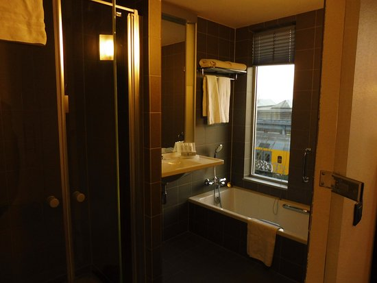 WestCord Art Hotel Amsterdam: Standard bathroom with separate shower and bath (toilet is totally separate)
